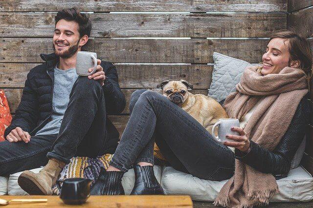 Koira ja kaks ihmistä
